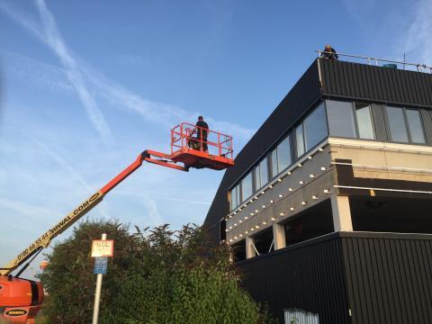 Hier zu sehen, ein Fachmann von HD Sonnenschutz auf einem Hubsteiger.